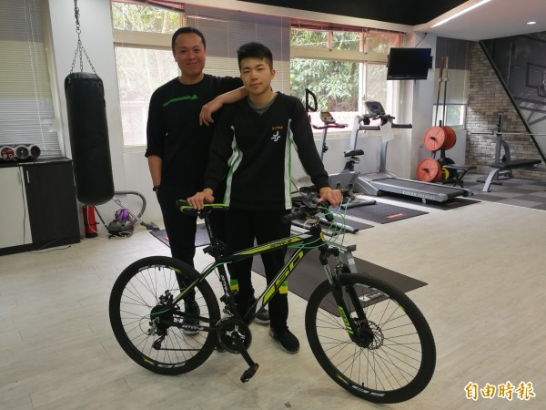 至善高中學生林劭陽高二時單車失竊,科主任尤至傑提供腳踏車給他,讓他大為感動,決定努力苦讀報答。(記者許倬勛攝)