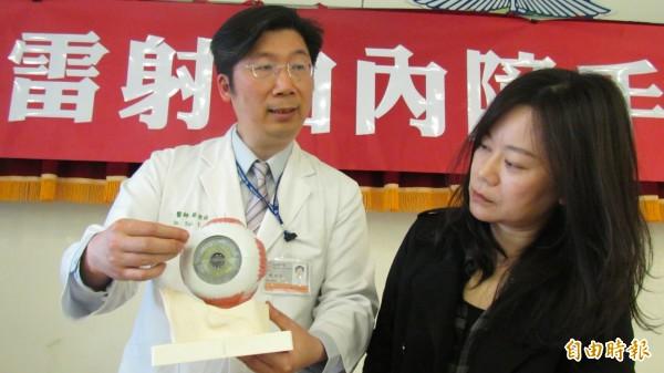 蔡宜佑說明,高度近視易使眼球病變,原本應透明的水晶體會變成如同「毛玻璃」般,以致看不清楚。(記者蘇孟娟攝)
