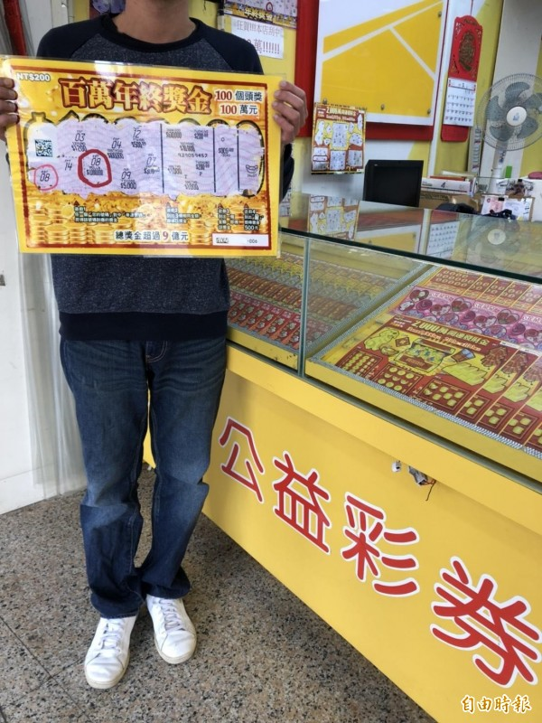 外籍移工阿隆花了兩百元買了一張「百萬年終獎金」刮刮樂,竟刮中百萬獎金。(記者王駿杰攝)