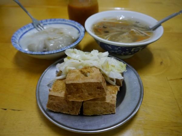 大順肉丸店炸臭豆腐跟肉丸是店內人氣餐點。(記者張軒哲攝)