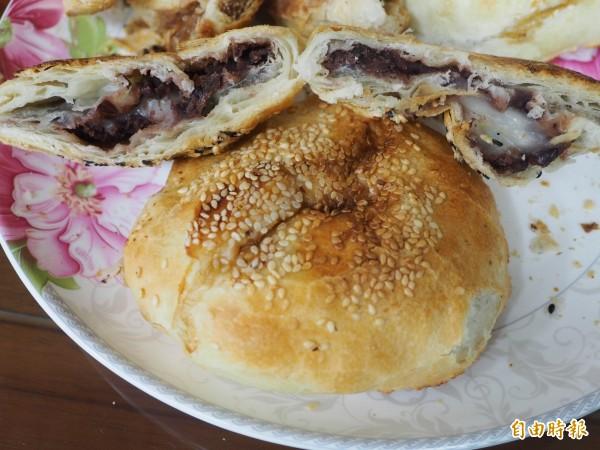 限量版的紅豆口味切開後可看到紅豆和麻糬的內餡。(記者陳鳳麗攝)