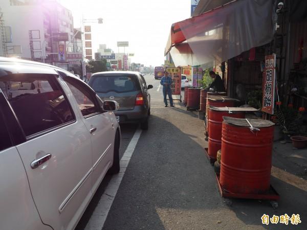 購買胡椒餅的顧客,一部車一部車地停下等候。(記者陳鳳麗攝)