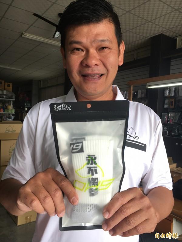 李東林為台灣體壇選手織專屬運動襪。(記者顏宏駿攝)