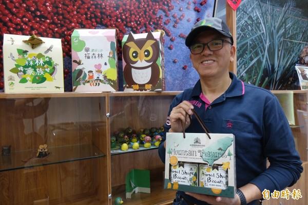 台灣優格餅乾學院董事長吳睿麒,連續3年為「鷹揚八卦」特製禮盒。(記者劉曉欣攝)