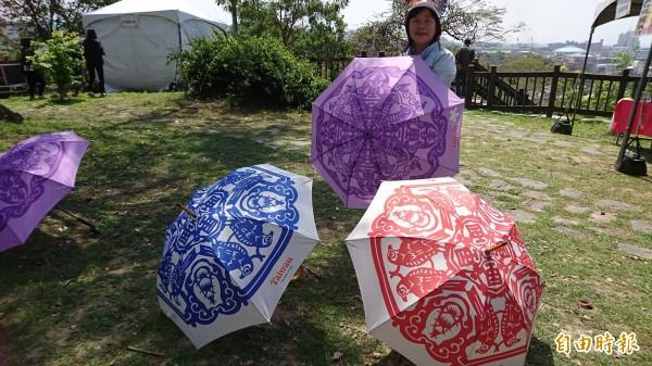 富雨洋傘董事長周淑秋,連續兩年為「鷹揚八卦」推出專屬洋傘,圖案來自紙藝達人王楨文的作品。(記者劉曉欣攝)