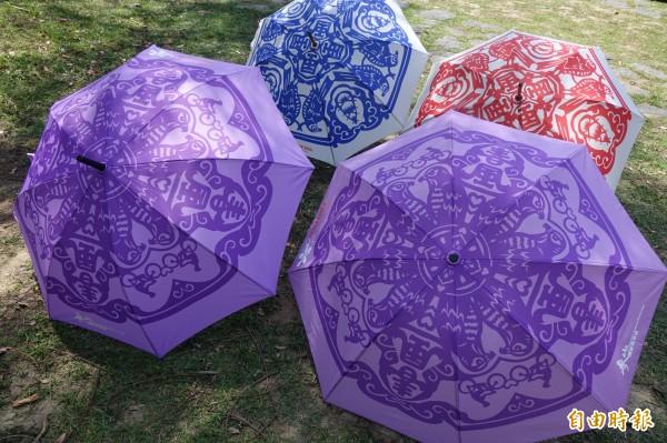 富雨洋傘連續兩年為「鷹揚八卦」推出專屬洋傘,圖案來自紙藝達人王楨文的作品。(記者劉曉欣攝)