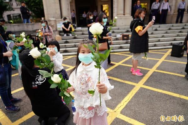 白玫瑰協會出動許多小小糾察員,在現場發送白玫瑰。(記者黃欣柏攝)
