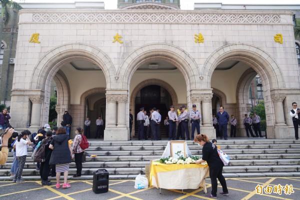 白玫瑰協會在司法院外抗議。(記者黃欣柏攝)
