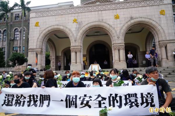 白玫瑰協會在司法院外靜坐抗議。(記者黃欣柏攝)