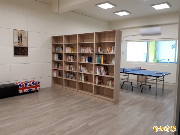 新竹市赤土崎停車場有免費的休閒中心,可借閱圖書,還可打桌球。(記者洪美秀攝)