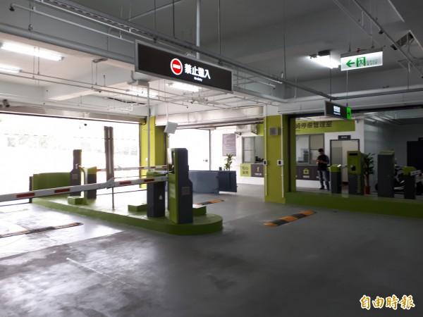 經過大改造的新竹市赤土崎停車場今天啟用,這是赤土崎16年來首次進行改善。(記者洪美秀攝)