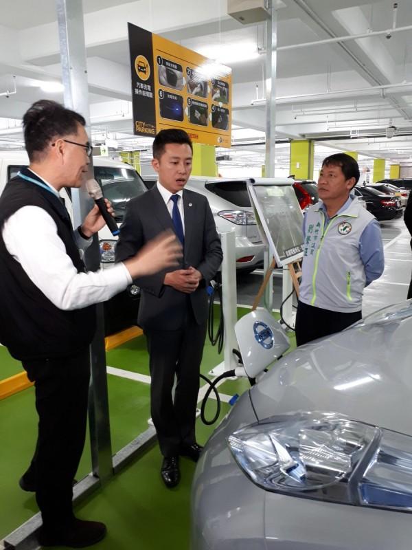 新竹市赤土崎停車場改造後,是第一個設有電動車停車兼免費充電的停車場,市長林智堅都說超讚的。(記者洪美秀攝)