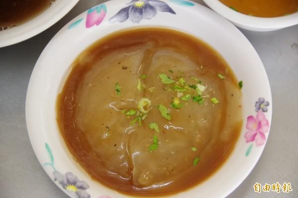 肉圓皮以在來米浸泡軟化磨成漿,再配上地瓜粉製成,內餡是切成丁塊狀的豬後腿肉,再混入筍角、油蔥酥,一顆25元。(記者曾迺強攝)