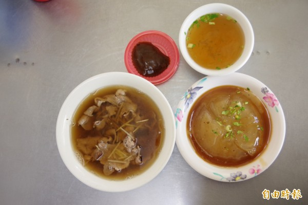一碗羊肉湯、肉圓及配上清湯,是在地人從小吃到大的熟悉滋味。(記者曾迺強攝)