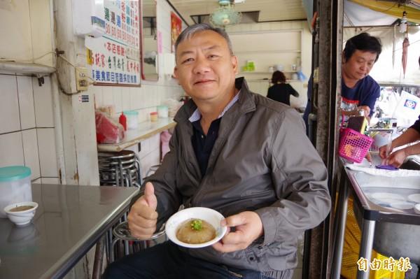 竹崎鄉民代表會主席陳宏吉推薦肉圓不加白稠的甜醬,改淋清醬油,口感雖偏鹹,但更可吃出內餡和著筍角、豬肉的多層次口感。(記者曾迺強攝)