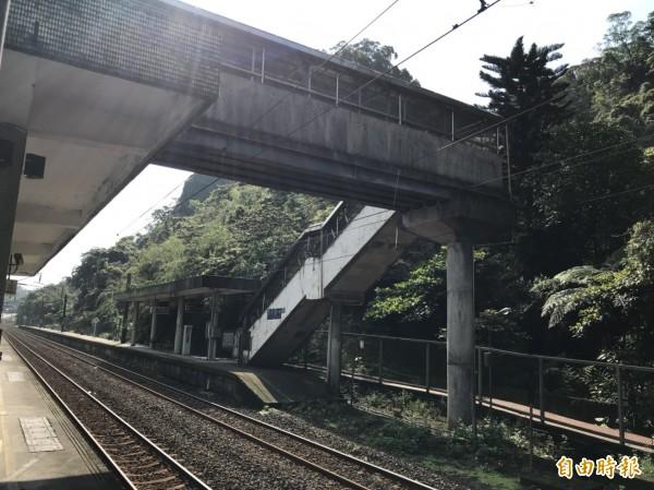 暖暖火車站往宜蘭方向的第一月台並無設置無障礙設施,只有樓梯,對年長者或行動不便民眾很不友善。(記者林欣漢攝)
