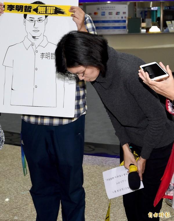李凈瑜在桃園機場代表李明哲感謝國際及台灣各界對他的聲援。(記者朱沛雄攝)