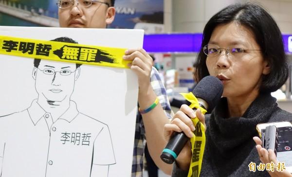 李凈瑜26日出發前往中國探視李明哲,並於今(28)日下午搭機返回台灣。李凈瑜在桃園機場表示,李明哲的發言、通訊權遭剝奪,但仍渴望閱讀,而她也已經向中方提出下個月的探視申請。(記者朱沛雄攝)