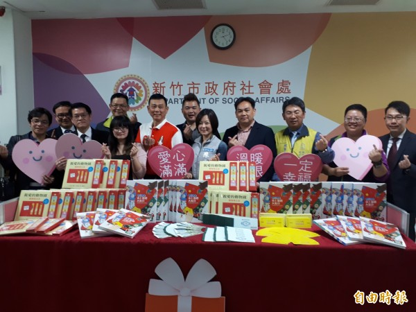 新竹市幸福快樂協會在兒童節前夕發起愛心活動,募集20萬元的禮券和物資文具,要送給市轄弱勢家庭及孩童,期許讓孩童有個快樂的童年。(記者洪美秀攝)