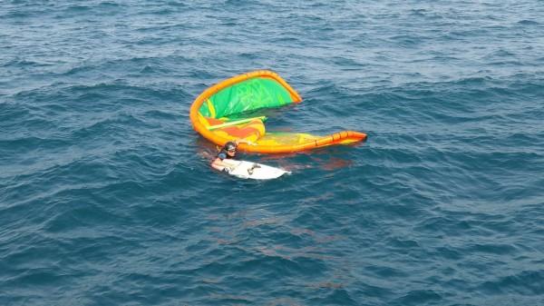 澎科大助理教授侯建章玩風箏浪板,無法自行靠岸。(澎湖海巡隊提供)