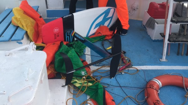 侯建章使用的風箏浪板,也一併拖上巡防艇上。(澎湖海巡隊提供)
