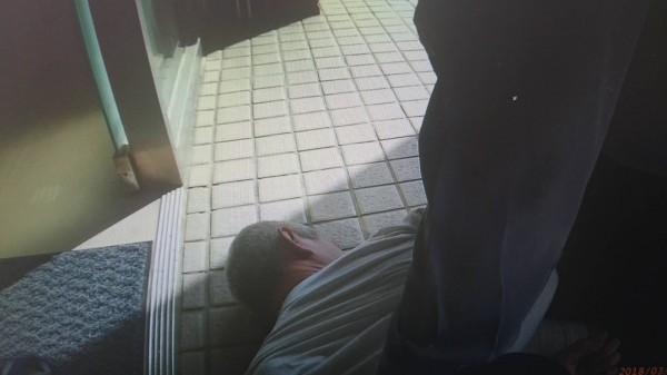 50歲邱姓男子飲酒過後發酒瘋,坐霸王車還出手毆打員警,被依妨害公務罪嫌送辦。(記者魏瑾筠翻攝)