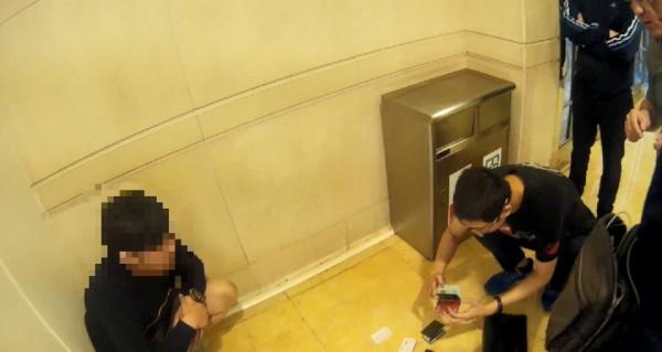 警方盤查來台當車手的馬國藉劉男。(記者許國楨翻攝)