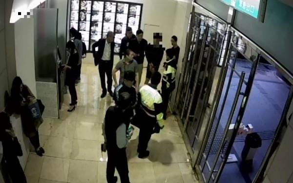 警方將劉男上銬帶回偵辦。(記者許國楨翻攝)