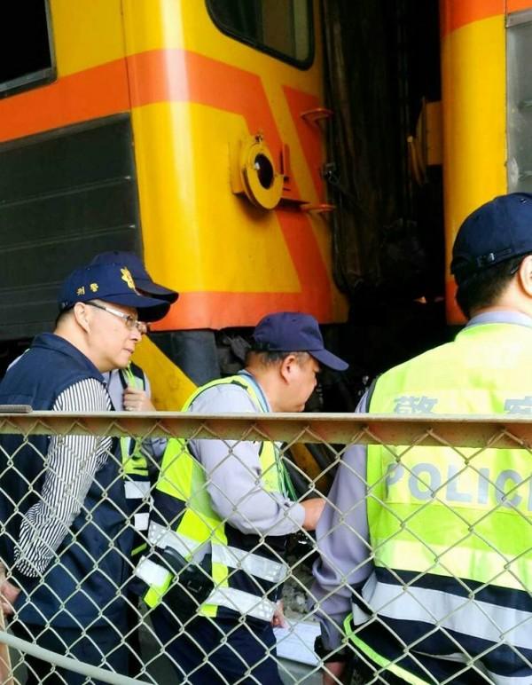 台鐵從台東開往左營304次自強號撞擊路人,鐵警於現場處理。(圖片取自臉書fun台鐵社團)