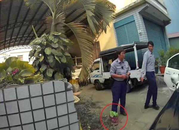 警方獲報後到場盤查,並發現曾嫌將裝滿現金的袋子丟棄在一旁。(記者邱芷柔翻攝)