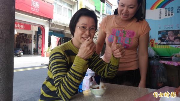 家住土庫的林小姐三天兩頭就來吃,是王媽媽碗粿的老主顧。(記者廖淑玲攝)