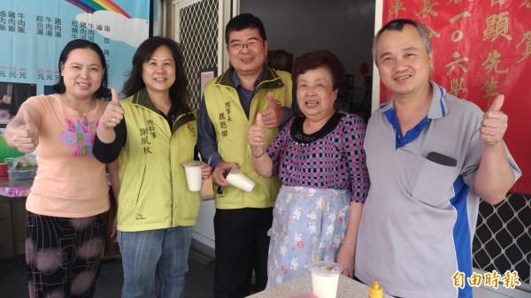 王智顯一家人熱心公益,都是慈善會的會員還會送碗粿分享弱勢。(記者廖淑玲攝)