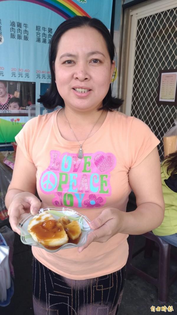 來自越南的黎秋娥能做出道地的古早味碗粿。(記者廖淑玲攝)