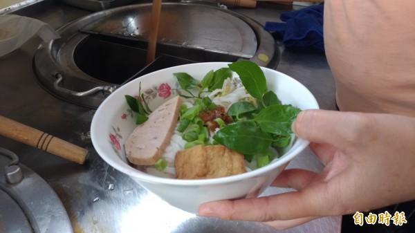 王媽媽碗粿也賣越南河粉讓其他越南同鄉解鄉愁。(記者廖淑玲攝)