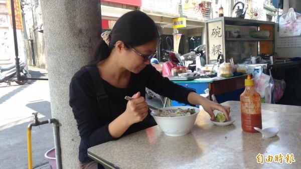 許多人都會專程來吃越南河粉,加一塊檸檬提味。(記者廖淑玲攝)
