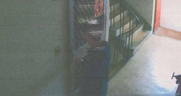 監視器錄到陳男開門進入母親屋子的身影。(記者許國楨翻攝)