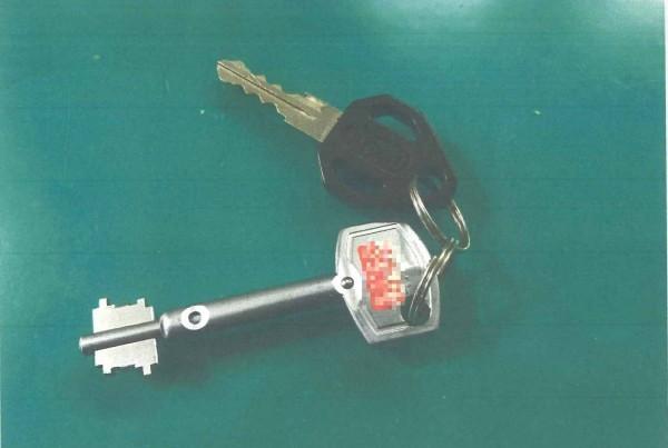 警方在陳男住處起出複製鑰匙。(記者許國楨翻攝)