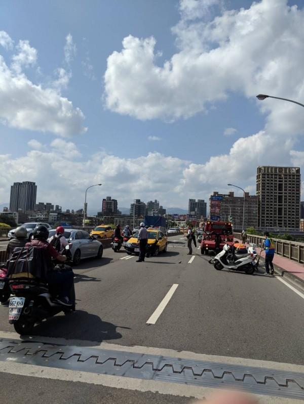 永和中正橋今天上午8時許,發生機車騎士為超車駛入調撥車道,與對向來車對撞的意外。(警方提供)