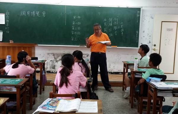 詹仁志老師長期擔任竹塘國中網博競賽教師,深受學生信賴。(竹塘國中提供)