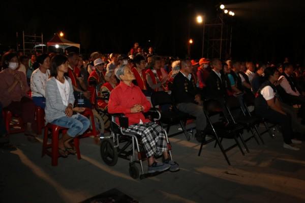 大龍峒金獅團今晚在嘉義縣新港鄉演出,觀眾們專心觀賞。(記者林宜樟翻攝)