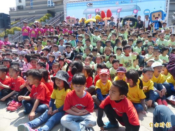 金門縣政府推出彩繪卡通公車,來自各幼稚園小朋友到場迎接卡通大明星。(記者吳正庭攝)