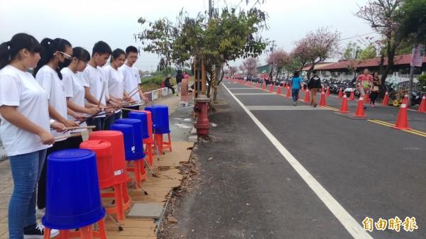 馬光國中管樂隊為跑友助陣加油。(記者廖淑玲攝)