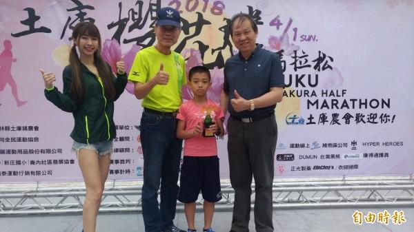 來自烏日僑仁國小10歲的陳于田(右二),以10公里46分10秒贏得總排名第六名,是獲獎選手中年紀最小的。(記者廖淑玲攝)