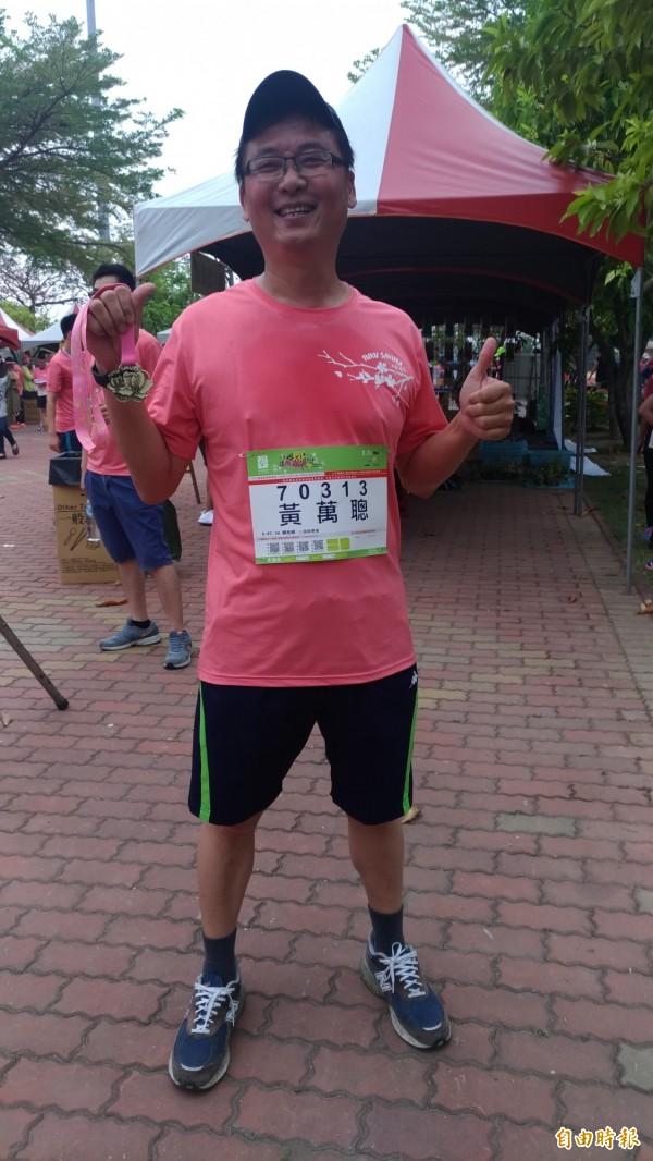 土庫農會總幹事黃萬聰完跑後拿著獎牌驕傲地高喊「我跑完了」。(記者廖淑玲攝)