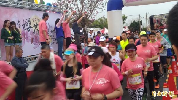 土庫櫻花半程馬拉松路跑起跑,選手賣力向前。(記者廖淑玲攝)