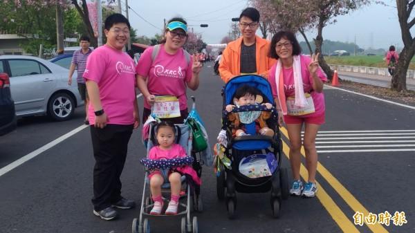 來自台北的吳媽媽帶著一家3代、6人參加路跑,贏得全場喝采。(記者廖淑玲攝)