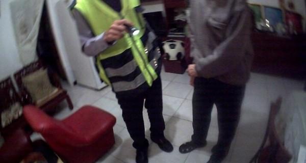 警方將老翁帶回家中,卻發現家中只有他一個人,趕緊通知其他家屬協助(記者吳昇儒翻攝)