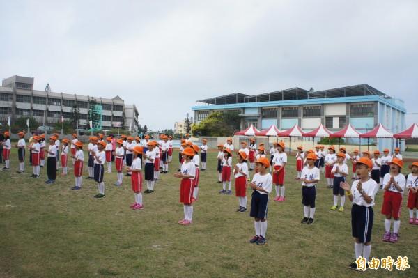 五德國小學生穿上復古制服,跳起懷舊健康操。(記者劉禹慶攝)