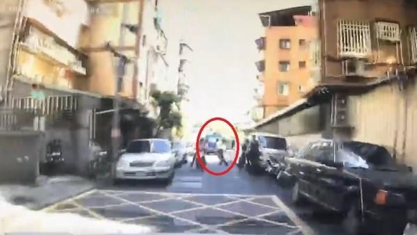 陳男駕車對著父親(紅圈者)高速衝撞。(記者王冠仁翻攝)