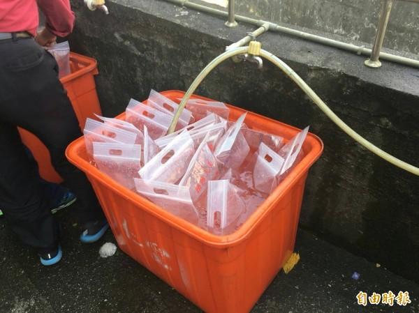 下週就是清明節,不少民眾利用週日提前到南榮公墓掃墓,消防局提供水袋供民眾使用。(記者俞肇福翻攝)